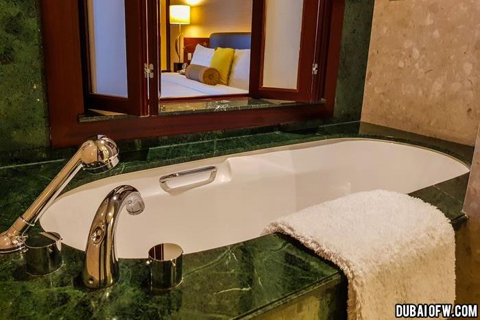 dusit thani hotel bathtub
