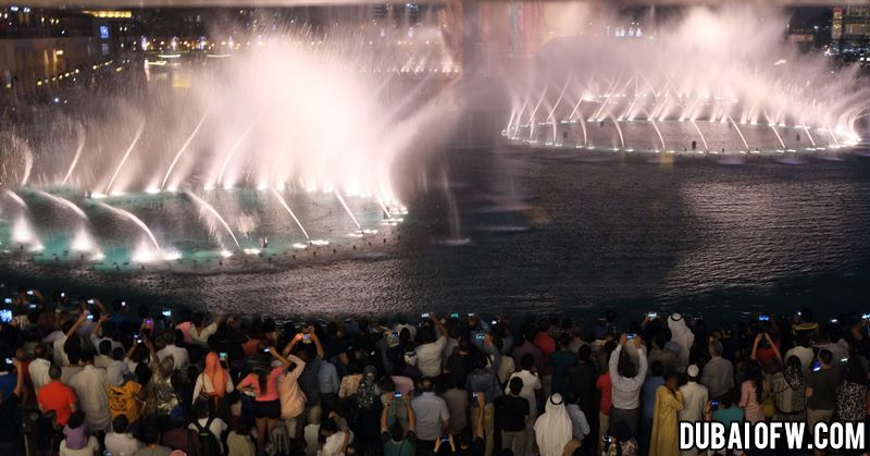 crowd at the dubai water fountain show
