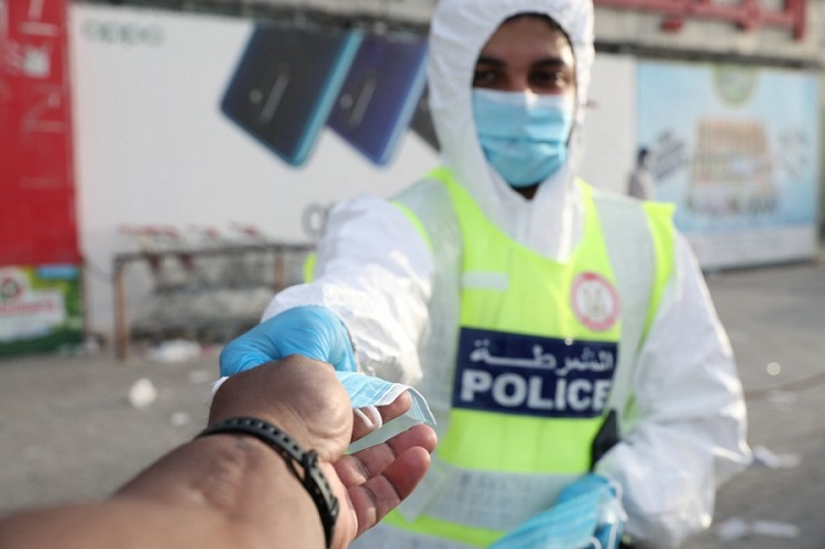 WATCH Police Distribute Face Masks, Personal Protective Supplies in Abu Dhabi